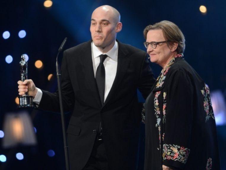 null Beeld Regisseur Joshua Oppenheimer (L, The Act of Killing) neemt een filmprijs in ontvangst voor zijn documentaire. EPA
