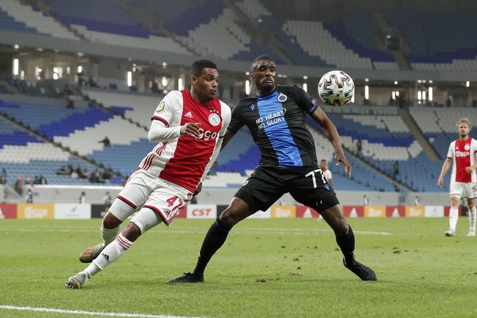 Ajax-talent Danilo Pereira in duel met Clinton Mata van Club Brugge.