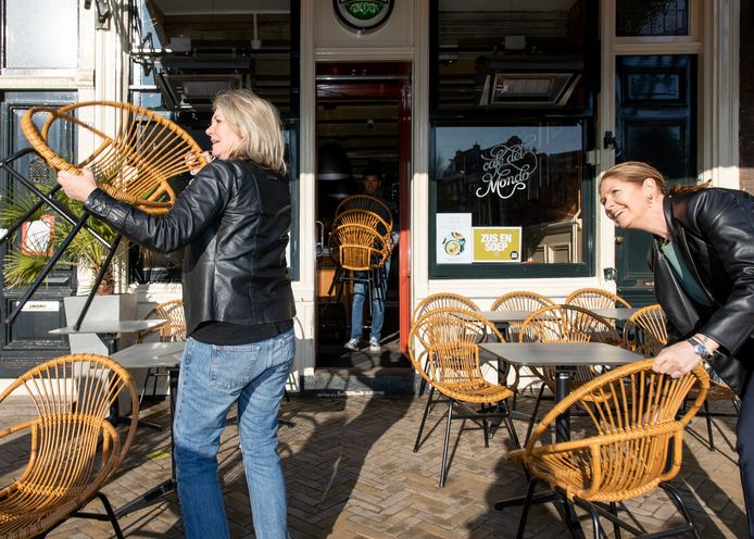 Bij Café Del Mondo op de Nieuwmarkt halen ze de stoelen en tafels 's ochtends naar buiten.