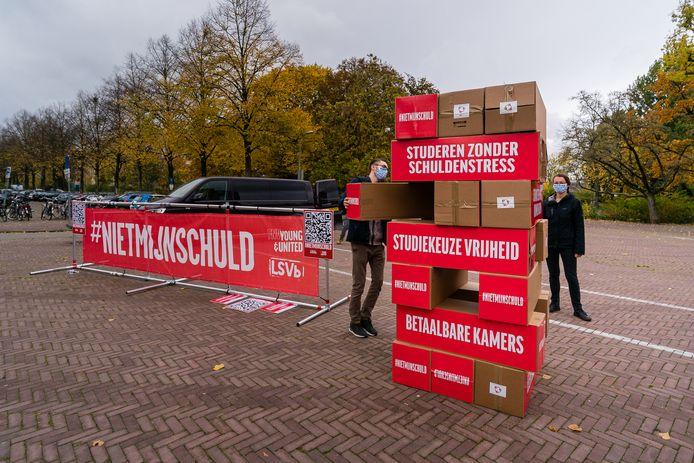 Steven Snijders haalt een blok uit de levensgrote Jenga-toren in Wageningen.