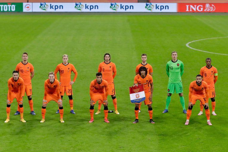Elftalfoto voor de oefenwedstrijd tegen Spanje, elf spelers die zich inspannen om discriminatie te weren van de voetbalvelden.  Beeld Eric Verhoeven / ANP
