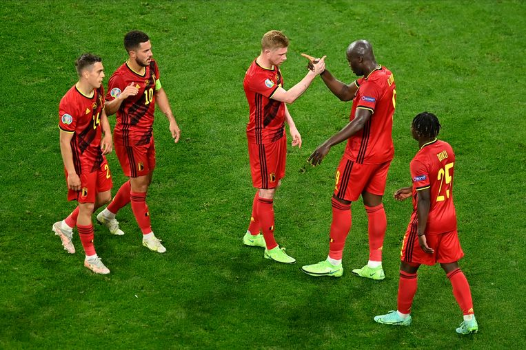 Romelu Lukaku en Kevin De Bruyne vieren de 0-2 tegen Finland. Beeld Photo News