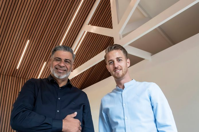 Directeuren Farid El-Khassim (l) en Jelle Gillissen van het Adriano Huis  in het nieuwe directiekantoor dat in aanbouw is.