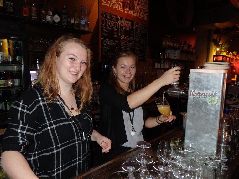 Onmisbaar bij een bierproeverij: de biertappers. Kinke Smit (links) en Emma Kerklingh doen het met verve Beeld Schuim