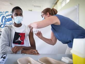 Atheneum Willebroek bouwt refter om tot vaccinatiecentrum: 60 jongeren kiezen voor coronaprik