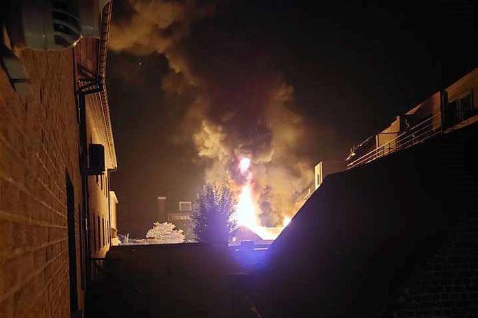 In een mum van tijd sloegen de vlammen metershoog door het dak van de achterbouw van het ijssalon Gelateria La Dolce Vita tussen de Nieuwstraat en J. De Geyterstraat in Lede.