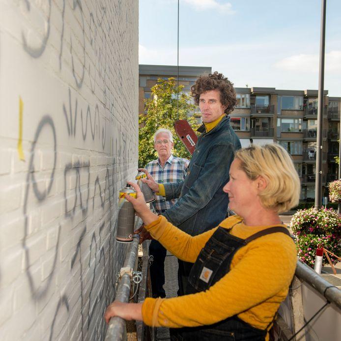 Rien Joosen van de stichting Stoof met de Engelse kunstenares Sarah en Fly uit Ibiza.