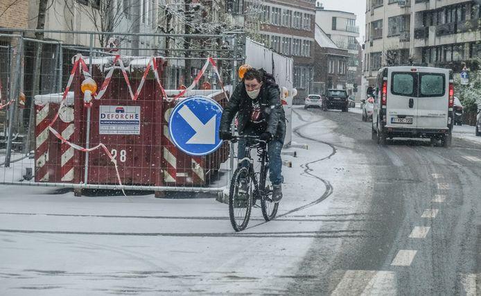 Het is behoedzaam fietsen in de sneeuw, zoals hier in de Rijselsestraat.