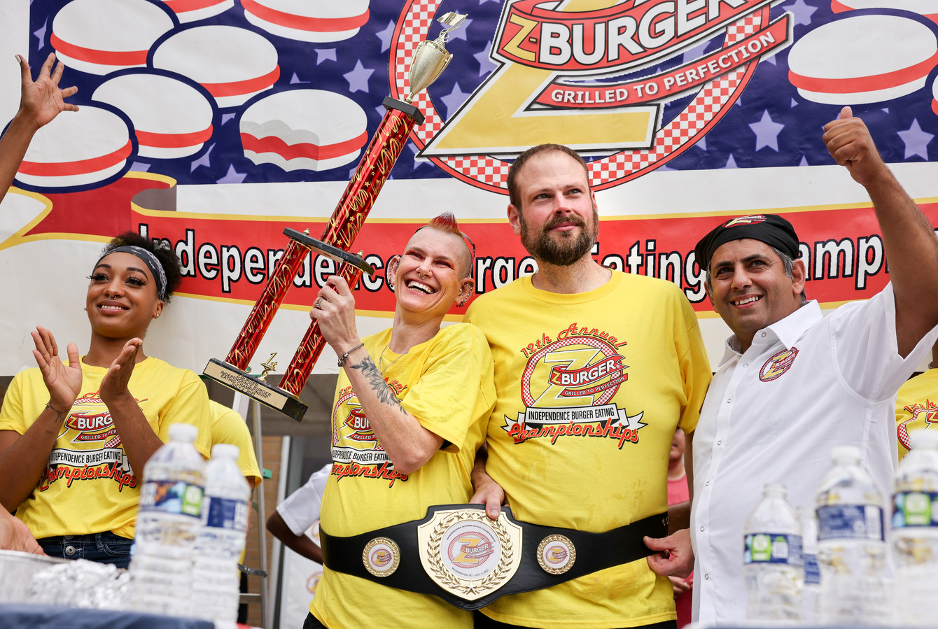 Molly Schuyler en Dan 'Killer' Kenney konden elk 34 hamburgers naar binnen werken. De kampioenschapsband en de troffee moeten ze delen.