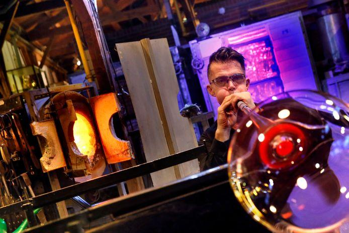Gert Bullée in actie in de Glasblazerij van Leerdam.