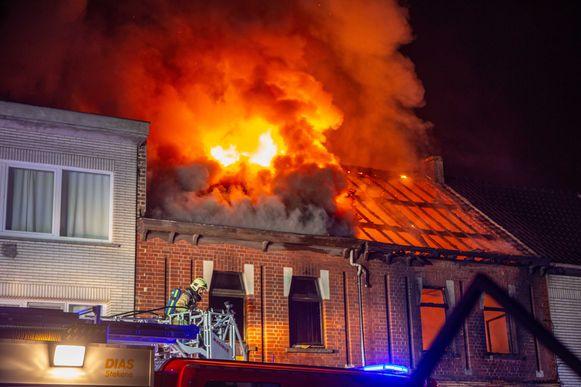 De vlammen sloegen bij de brand metershoog door het dak.