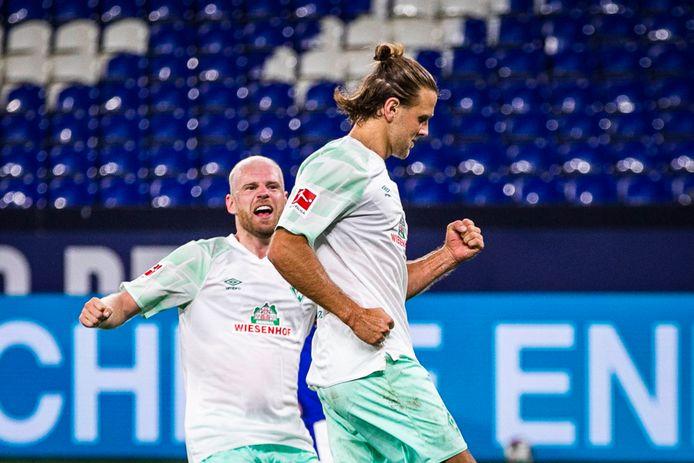 Niclas Füllkrug juicht na zijn derde treffer tegen Schalke. Werder-aanvoerder Davy Klaassen viert mee.