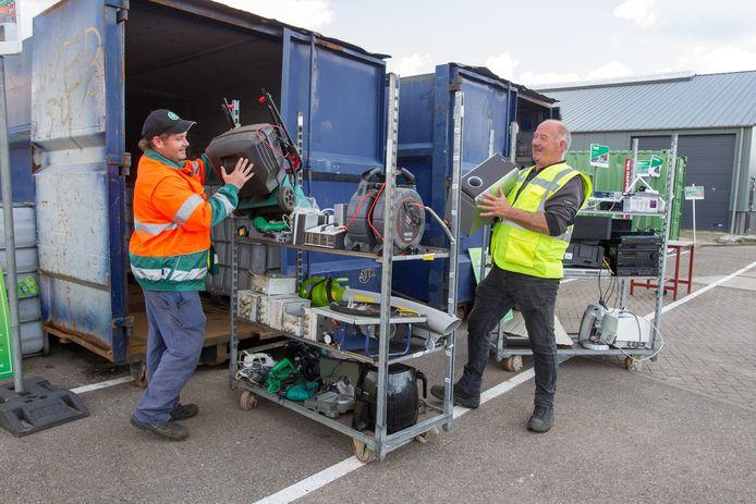 Medewerkers van de milieustraat in Sint-Oedenrode aan het werk op het nieuwe 'spullenplein'.
