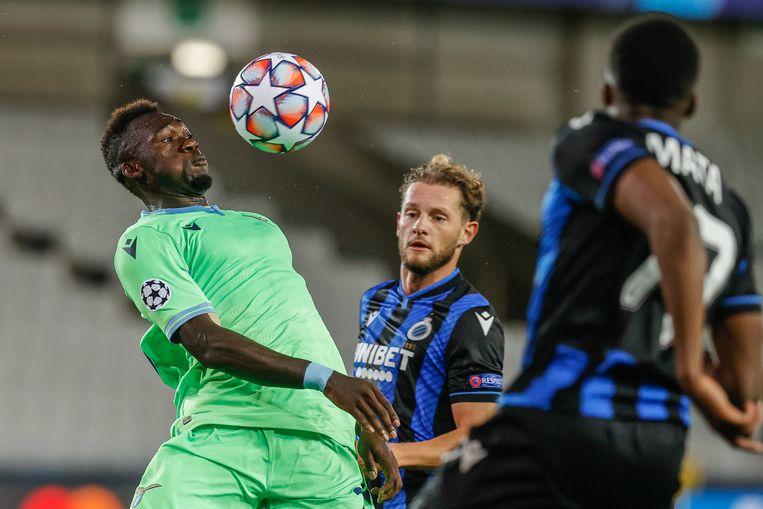 Lazio-spits Felipe Caicedo controleert de bal met zijn borst, Mats Rits en Clinton Mata van Club Brugge verdedigen in het Jan Breydelstadion. Beeld BELGA