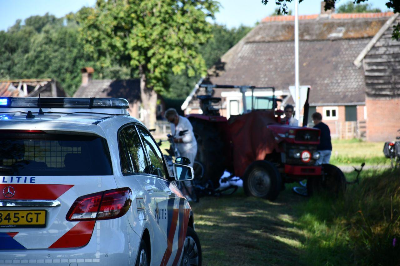 De politie bij de rode trekker waarmee de groep van negen fietssters in botsing kwam.