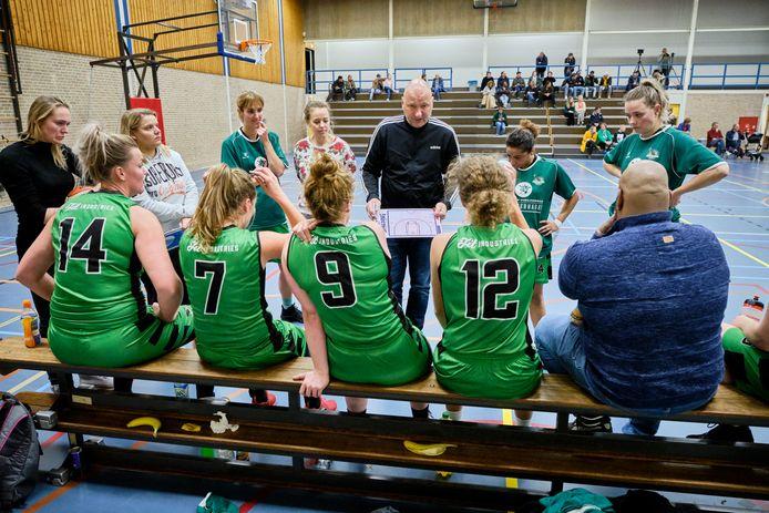 Dames 1 van Green Eagles met hun coach.