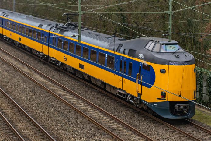 Een trein van vervoerder NS op het traject Groningen-Zwolle.