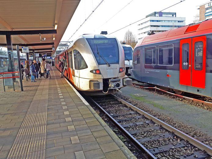 De eerste Arriva-treinen hebben inmiddels de rood-zwarte 'R-net'-kleuren gekregen, maar allemaal wachten ze nog op het wegwerken van achterstallig onderhoud en modernisering. Ook met de bussen zijn er nog altijd problemen.