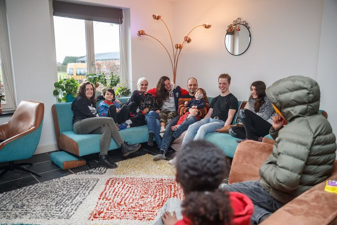 Daphne en Marcel Godefroy in hun gezinshuis Windmee, met 10 kinderen.