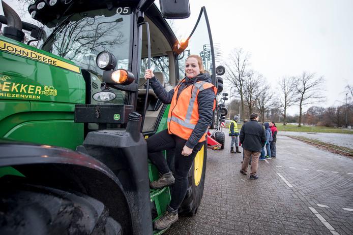 Anne Maassen op een John Deere van Dekker Vriezenveen. Chauffeurs van dat bedrijf helpen haar bij haar project om scholieren op de gevaren van landbouwverkeer te wijzen.