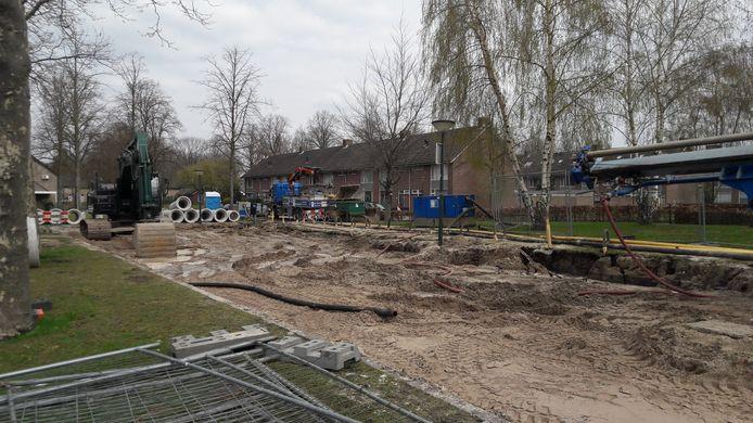 De werkzaamheden om het riool te repareren in de Witte de Withstraat in Geldrop zijn in volle gang.