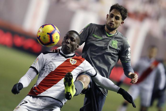 Rayo Vallecano-rechtsback Luis Advincula in duel met Adnan Januzaj.