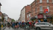Renners vertrekken in druilerig stadscentrum voor Belgium Tour