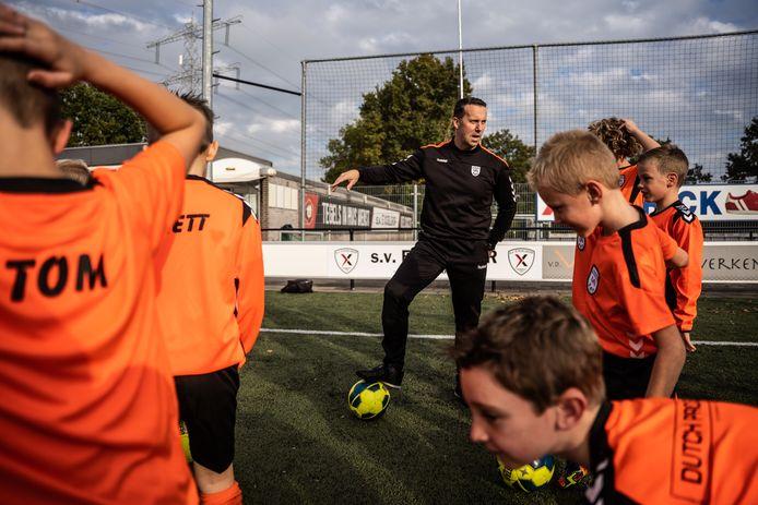 Marcel Nijenhuis traint de jeugd van Excelsior Zetten.
