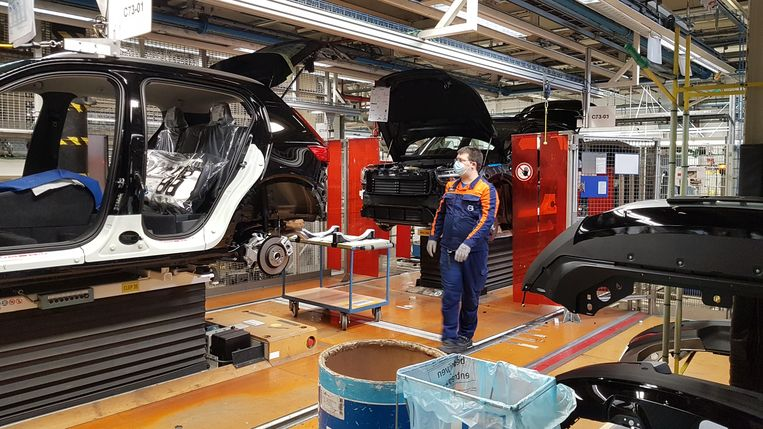 De Volvo-vestiging in Gent. Het bedrijf heeft de nodige aanpassingen gemaakt om de afstand tussen zijn werknemers te respecteren. Beeld BELGA