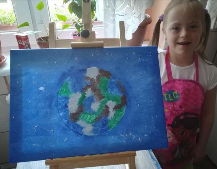 De 12-jarige Wanessa Bąkowska en haar schilderij 'Earth' ('Aarde').