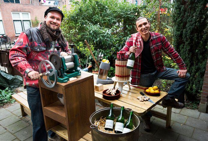 De Utrechtse ondernemers Lennart Stokmans (links) en Luis Hallström brengen met hun bedrijf Bruis & Ketel mousserende vruchtenwijn op de markt.