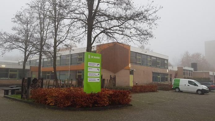 Stilte op het plein bij De Marke-Noord in Deventer. De leerlingen krijgen thuis les omdat er teveel docenten ziek zijn of in quarantaine.