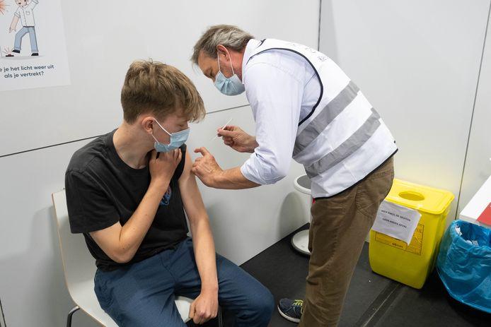 Quinten Tierens ontvangt de 50.000ste prik tegen corona in het vaccinatiecentrum van Klein-Brabant.