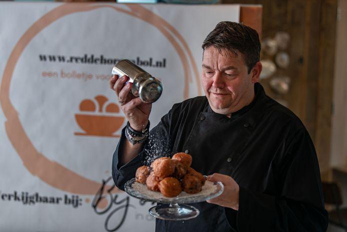 John van Beek van restaurant Bij Ons in de Wellerwaard presenteerde twee maanden terug de red-de-horeca-oliebol.