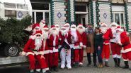 Dozijn kerstmannen samen op pad