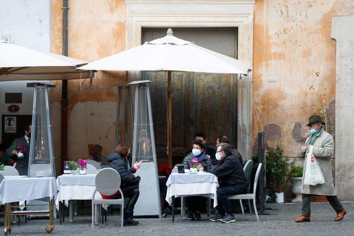 In gele zones is bediening aan tafel weer toegestaan in bars, cafés en restaurants overdag, zoals hier in Rome.