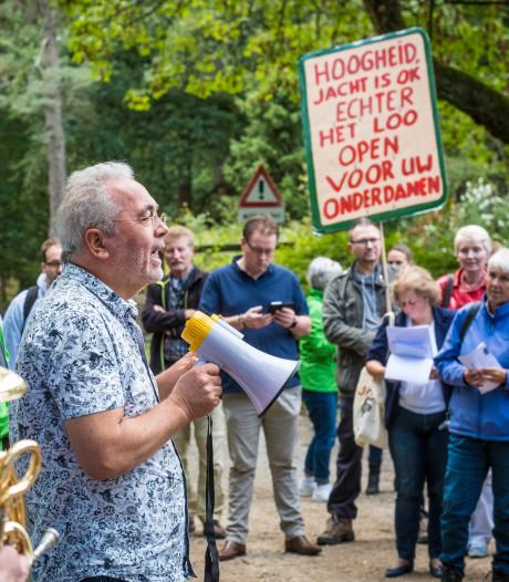 Actievoerders stappen demonstratief gesloten Kroondomein bij Apeldoorn in