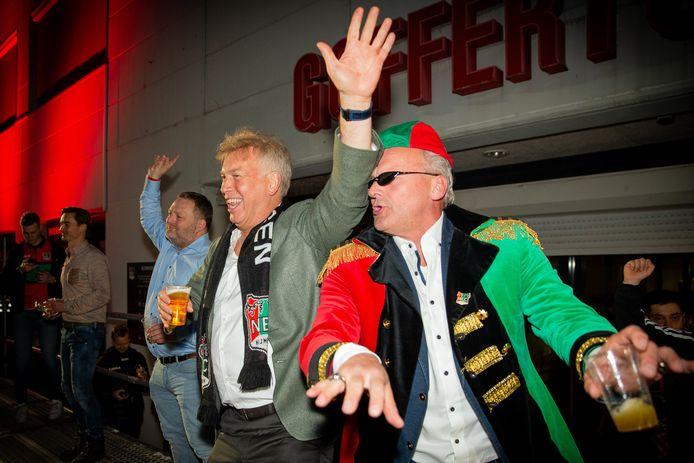 Schele Daan (rechts) viert met Marcel Boekhoorn op het podium voor het stadion de promotie van NEC.