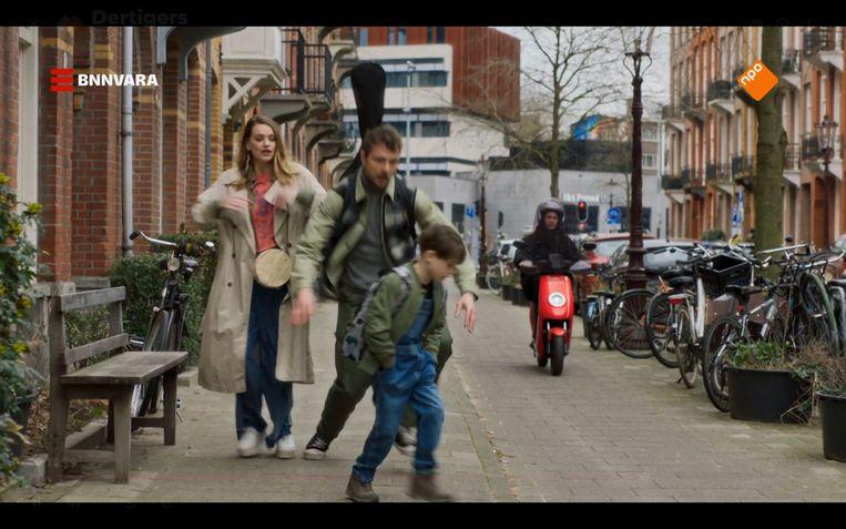 Saar, Pieter en Luuk, die bijna het gevaarlijke fietspad opgaat. Beeld