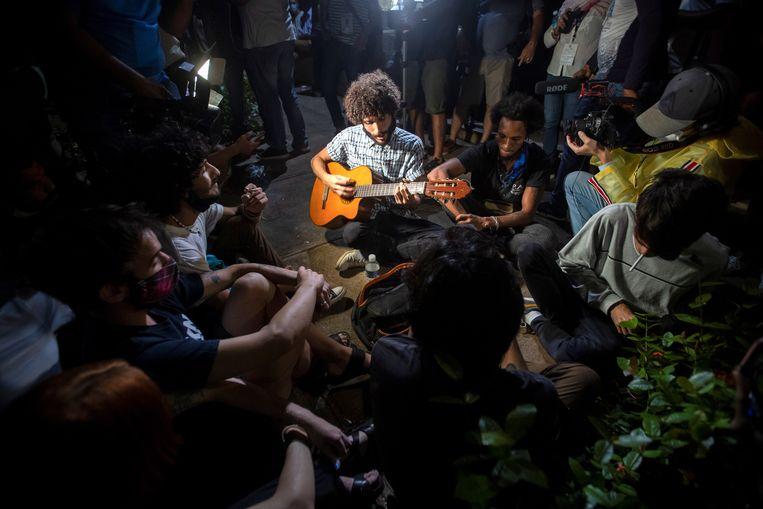 Artiesten zingen en maken muziek tijdens het vreedzame protest in Havana. Beeld EPA