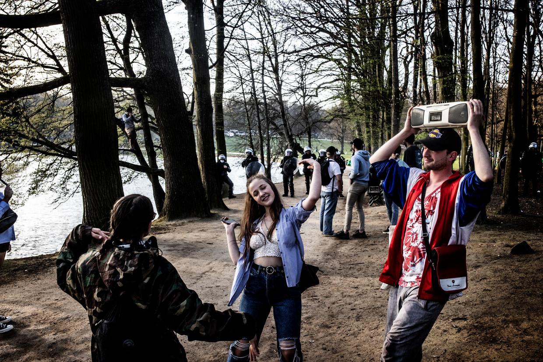 Jongeren op het nepfestival La Boum in het Ter Kamerenbos, donderdagavond. Beeld Franky Verdickt