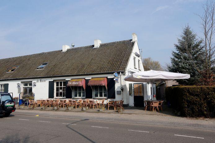 Café annex cafetaria De Hoeve aan de Hoogdijk in Middelbeers. De gemeente gelast een sluiting voor acht maanden vanwege het dealen van drugs vanuit het café.