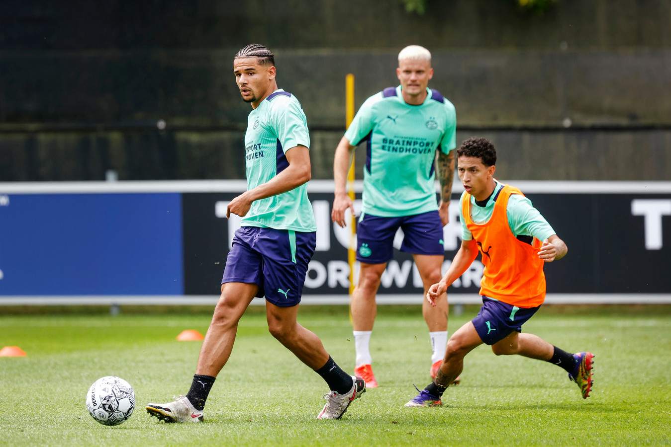 Armando Obispo en Mauro Júnior tijdens een training van PSV. Philipp Max kijkt toe.