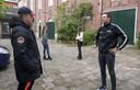 Jongerenwerker Leroy Veldhuis (rechts) en zijn negentien collega's in Enschede zijn dezer dagen extra vaak op straat te vinden om jongeren aan te spreken naar huis te gaan.