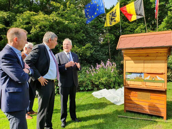 De Sloveense ambassadeur schonk in aanwezigheid van Vlaams ministerpresident Jan Jambon, burgemeester Lukas Jacobs, deputé Jan De Haes een unieke bijenkast aan het Arboretum Kalmthout.