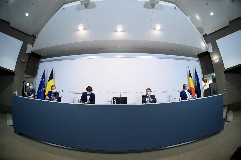 De persconferentie na de Veiligheidsraad. Eerder ging het hard aan toe tussen expert Erika Vlieghe en de politici aan tafel. Beeld BELGA