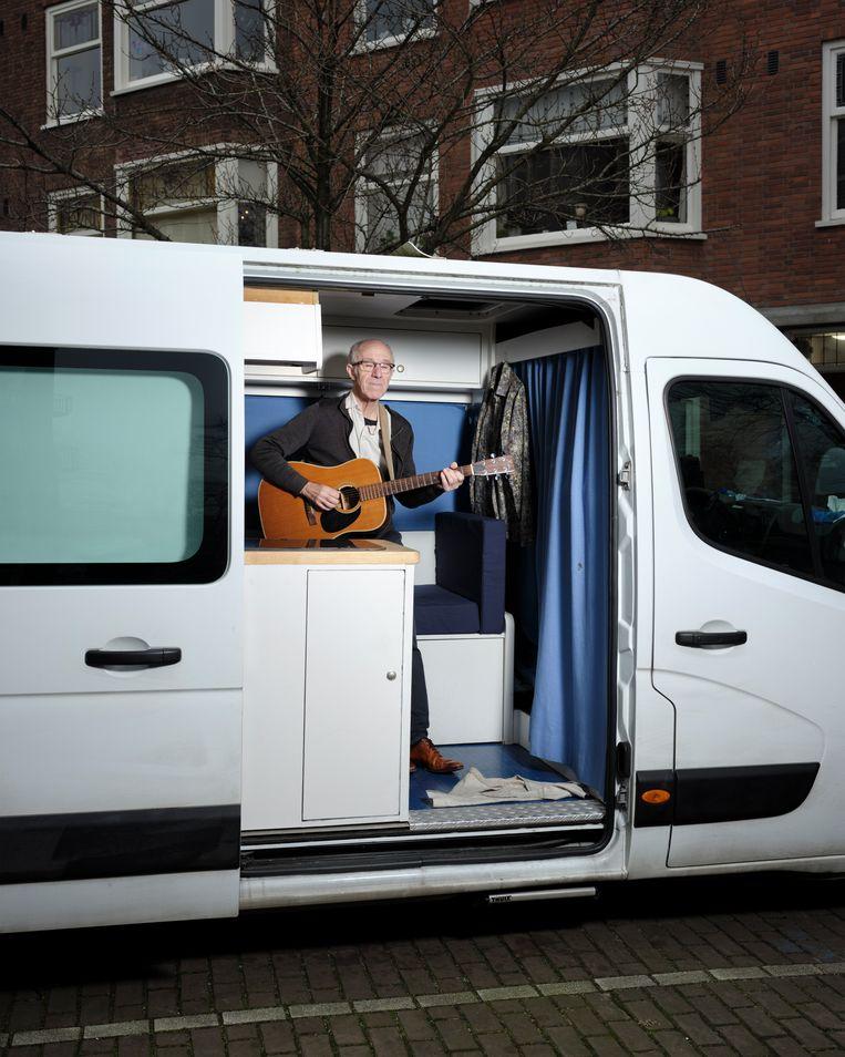Raymond van het Groenewoud in zijn 'safariauto', in Amsterdam, de stad waar hij een deel van zijn jeugd doorbracht. 'Een tijd die voor mij richting hemel op aarde ging.' Beeld Erik Smits