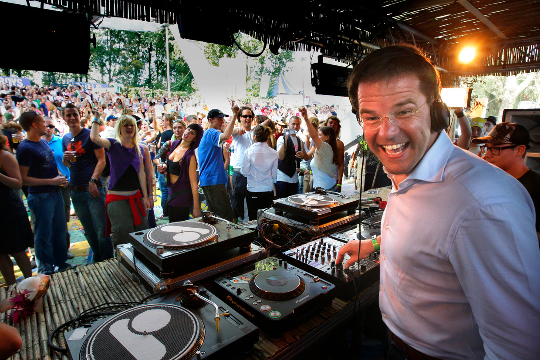 2007: Mark Rutte (dan nog geen premier) draait een dj-set voor de bezoekers van Mysteryland op het Floriadeterrein in de Haarlemmermeer Beeld Hollandse Hoogte /  ANP