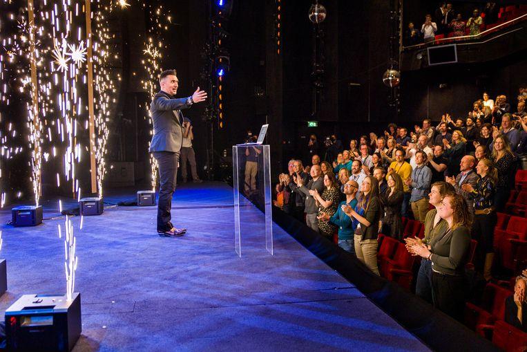 Cabaretier Guido Weijers mag op deze zaterdagmiddag in het Beatrixtheater in Utrecht als experiment vijfhonderd toeschouwers ontvangen.  Beeld Arie Kievit
