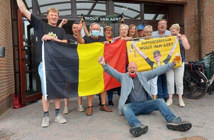 De supportersclub van Wout Van Aert vieren de zilveren plak op de Olympische Spelen.